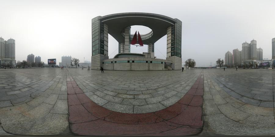雾霾中的吉林市世纪广场